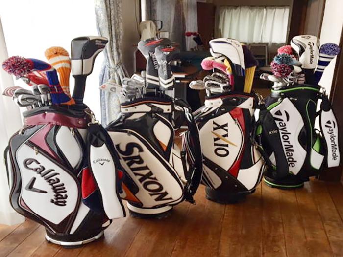 並んだゴルフ用品